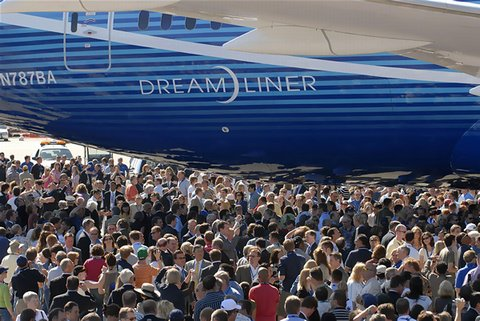 480_Boeing-787-Dreamliner-Crowd-600x400