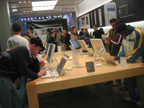 465_Apple_Store_North_Michigan_Ave_Chicago_IL-2005-10-22